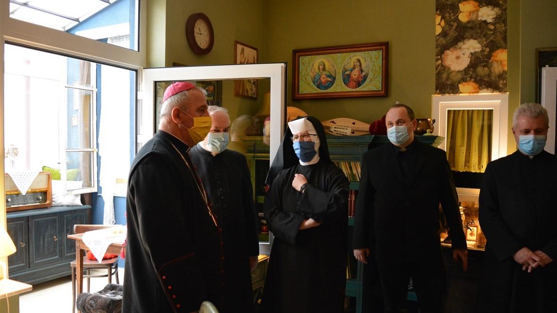 Bp Jan Piotrowski w Niedzielę Miłosierdzia odwiedził placówki Caritas w Miechowie